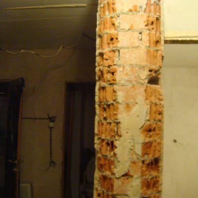 polukolonna-v-koridore